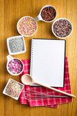 Livro de receitas com uma variedade de doces confeitos. — Foto Stock