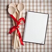 Utensílio de cozinha com livro de receitas em branco — Foto Stock