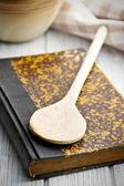 Antigo livro de receitas na mesa de madeira — Foto Stock