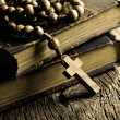 Rosary beads on old books - Foto Stock