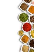 Varie spezie ed erbe aromatiche. — Foto Stock