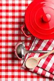 Geschirr auf checkerd tischdecke — Stockfoto