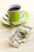 американская валюта и чашка кофе — Стоковое фото