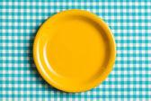 пустая плиты на клетчатой скатертью — Стоковое фото