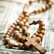 Rosary beads on us dollars — Stockfoto