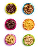 Diversi tipi di cereali in ciotole colorate — Foto Stock