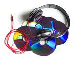 Auriculares con cd sobre fondo blanco — Foto de Stock