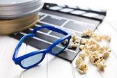 3d-brille mit filmklappe und popcorn — Stockfoto