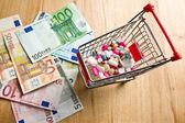 Pilules dans le panier et dollars — Photo