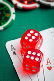 the red casino dice and poker cards — Foto de Stock