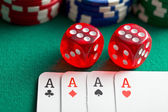the red casino dice and poker cards — Foto Stock