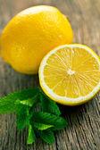 Half lemon and fresh mint — Stock fotografie