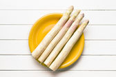 White asparagus on kitchen table — 图库照片