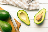 Halbierte avocados — Stockfoto