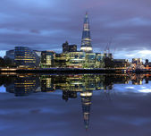 Londen, reflectie in de rivier. — Stockfoto