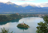 Lake Bled with island, castle and mountains in background, Slovenia, Europe — Stock Photo