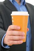 Homme d'affaires avec une tasse de café en papier, plats à emporter — Photo