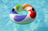 Nadar anillo flotando en una piscina azul — Foto de Stock