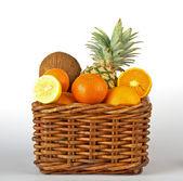 корзина с тропическими фруктами — Стоковое фото