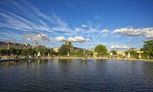 Parque con un lago antes del louvre — Foto de Stock