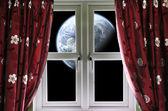 Pianeta visualizzato attraverso una finestra con tende — Foto Stock