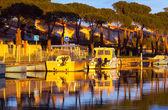 Barche in un porto turistico al tramonto — Foto Stock