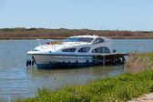 Rıhtımda demirli lüks zevk teknesi — Stok fotoğraf