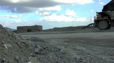Minería pesada volquetes — Vídeo de Stock