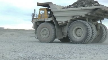 Heavy mining dump trucks — Stock Video