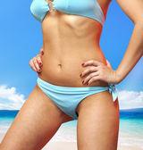 Femme en maillot de bain bleu — Photo