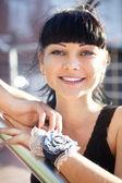 Gesicht der schönen jungen Frau in schwarze Bluse — Stockfoto