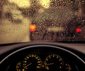 Rain droplets on car windshield — Stockfoto