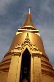 Golden Buddhist temple — Stock Photo