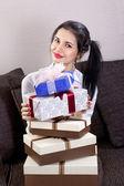 Schöne Frau hält Boxen — Stockfoto