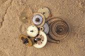 Clockwork mechanisme op het zand — Stockfoto