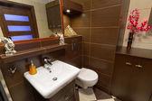 现代棕色浴室 — 图库照片