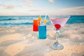 Tropical drinks on Caribbean beach — Stock Photo