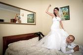Nevěsta a ženich na hotelovém lůžku — Stock fotografie