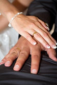 Married couple holding hands together — Stockfoto