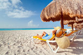 Relaxation under parasol at Caribbean Sea — Stockfoto