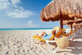 Gevşeme karayip denizi, güneş şemsiyesi altında — Stok fotoğraf