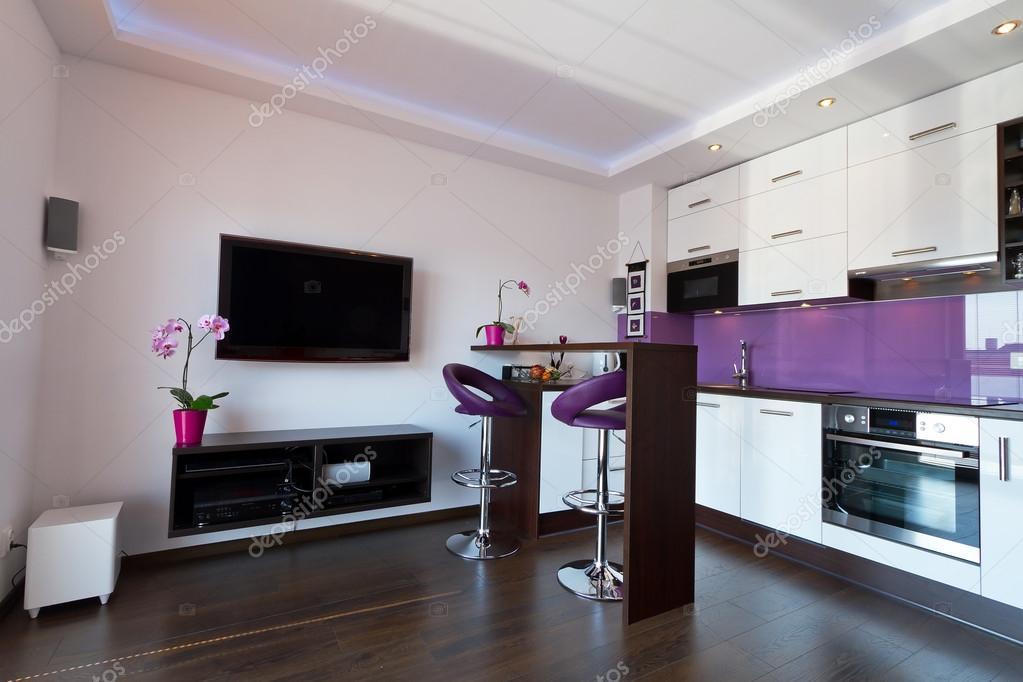 Moderne woonkamer met paarse keuken — Stockfoto © Patryk_Kosmider ...