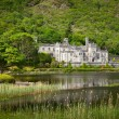 Foto de Stock  : Kylemore Abbey in Connemarmountains