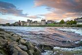 Rei john castle no rio shannon em limerick — Foto Stock