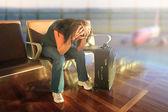 Depressieve vrouw wachten voor vliegtuig — Stockfoto