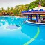 Morning at tropical swimming pool — Stock Photo #13547702