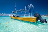 Gula båten på kusten av karibiska havet — Stockfoto