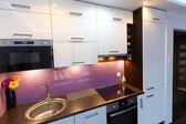 интерьер кухни белый и фиолетовый — Стоковое фото