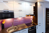 Witte en paarse keuken interieur — Stockfoto