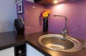 白色和紫色厨房内部 — 图库照片